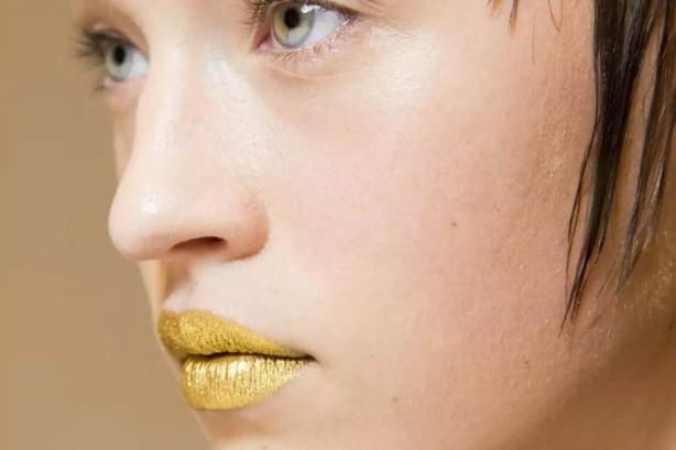 Prada-SS16-Gold-Lips-2-667x445