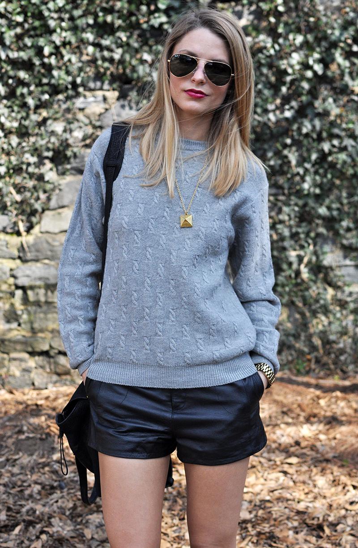 jersey-de-ochos-gris-pantalones-cortos-de-cuero-negros-bolso-bandolera-de-cuero-negro-original-1485