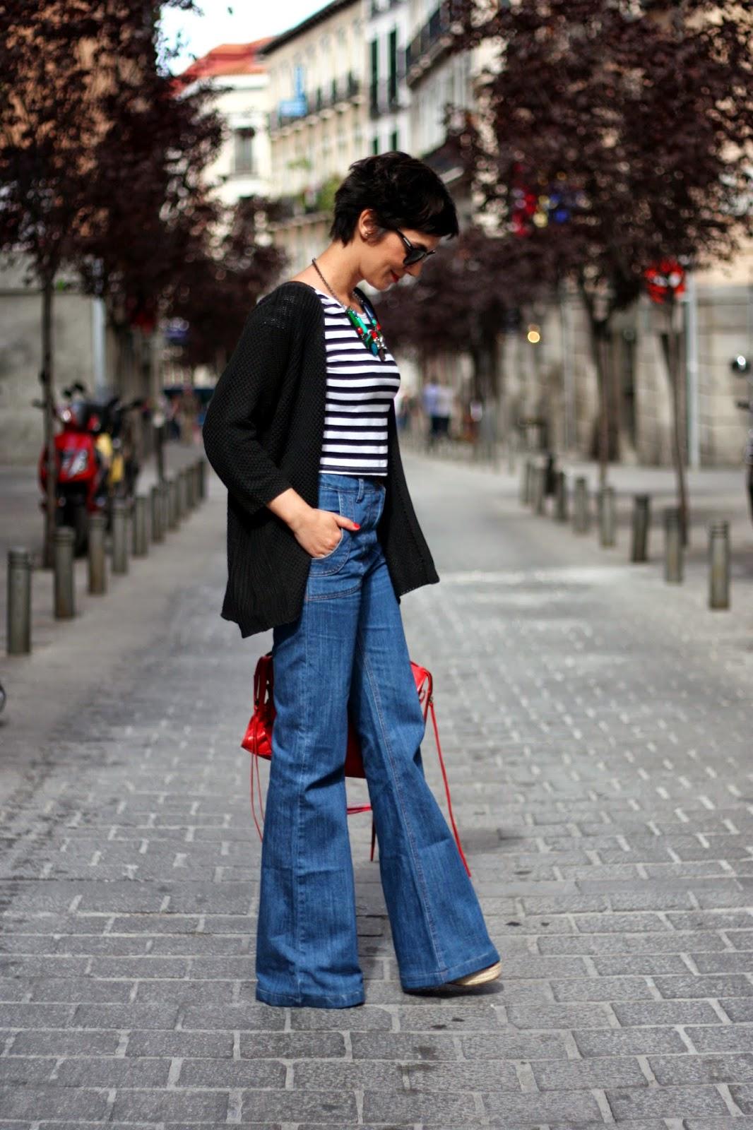 Flared jeans outfit combinar pantalon campana crop top rayas bolso Balenciaga pelo corto pixie cut short hair streetstyle ohmyblog blogger (6)
