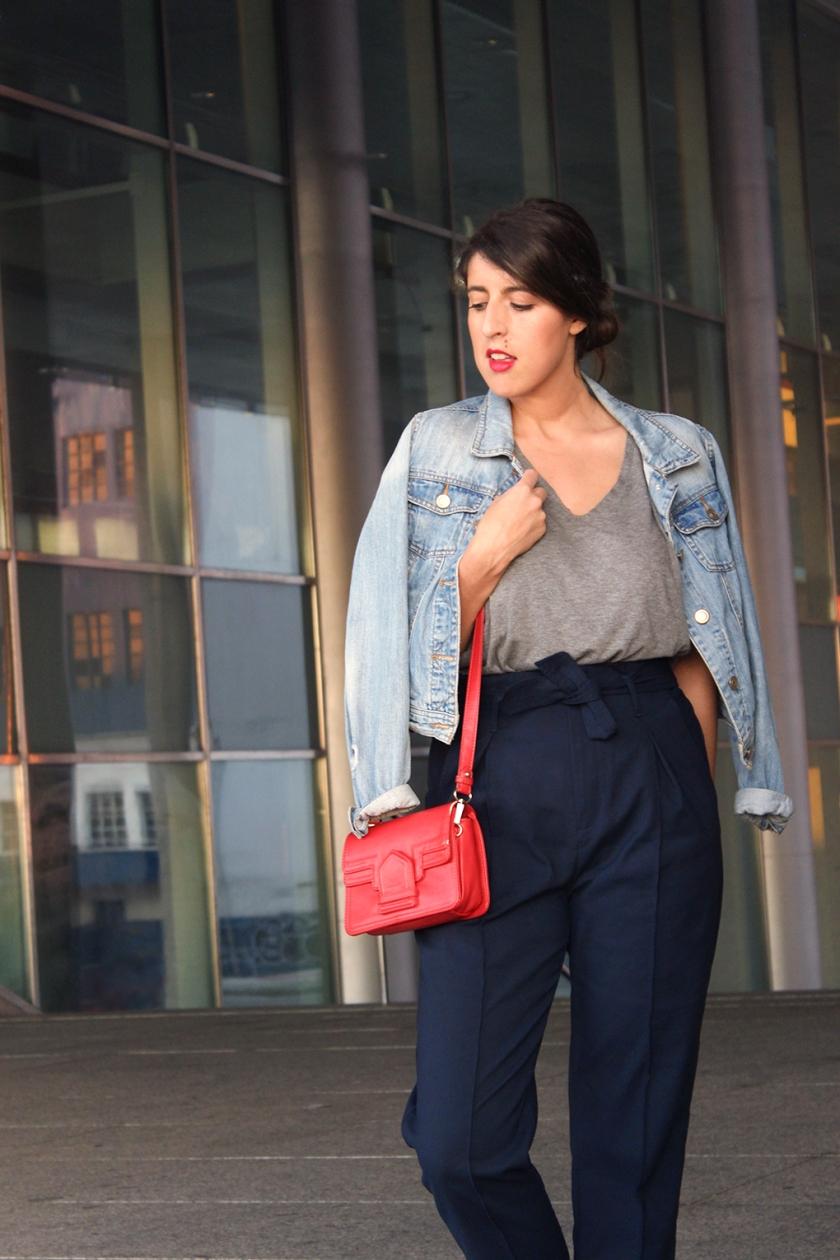 look-bolso-rojo-pantalon-azul-camiseta-gris-fashionblog