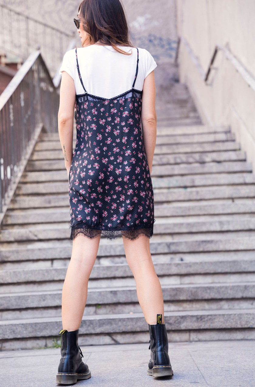 street-style-dr-martens-boots-rayban-stradivarius-flowers-dress-04