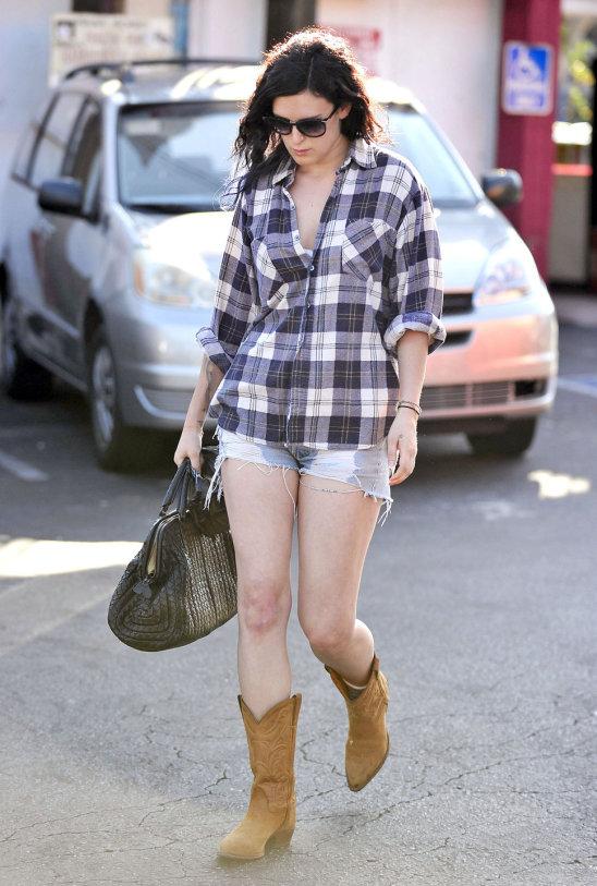 street_smart_rumer_willis_in_cowboy_boots