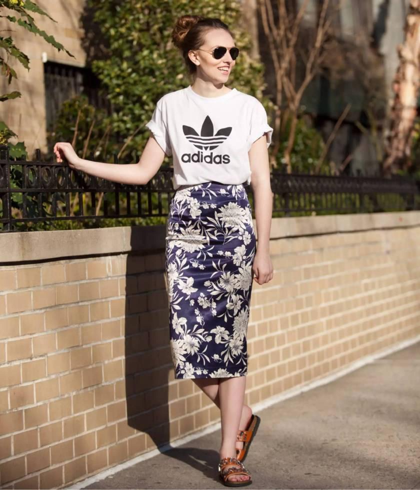 street-style-camiseta-adidas-saia-lapis-estampada-rasteira