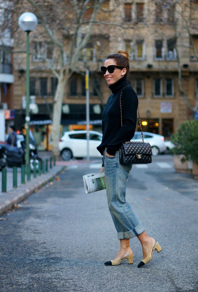 01a-street-style-chanel-shoes-slingback-granny-shoes-boyfriend-jeans-chanel-255-bag-con-dos-tacones-c2t-e1453975086261