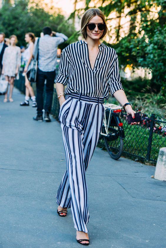 camisa-de-vestir-de-rayas-verticales-azul-marino-pantalones-anchos-de-rayas-verticales-celestes-sandalias-de-tacon-de-ante-negras-original-17699