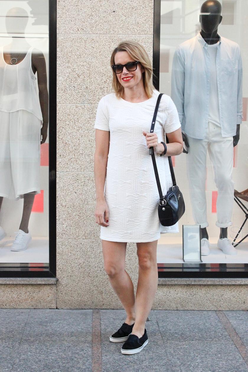 vestido-corto-blanco-slipon-pelo-negras-street-style-vigo-moda-galicia
