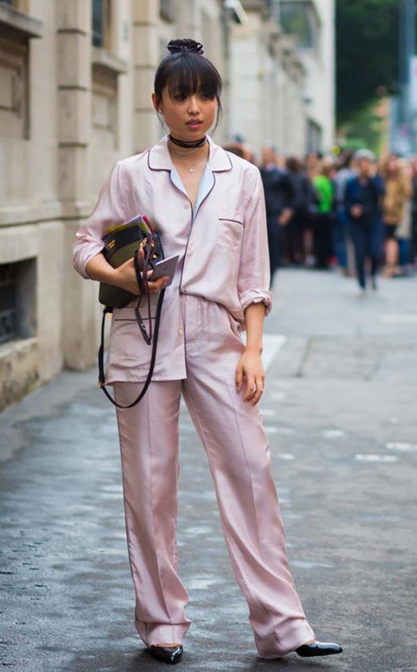street-style-look-pijama-salto-scarpin-conjunto-rosa-choker
